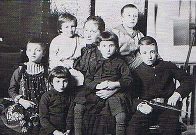 Семья скульптора Евгения Лансере - жена Екатерина с детьми